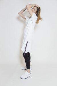 Długi T-shirt z asymetrycznym dołem - widok bok