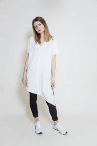 Długi T-shirt z asymetrycznym dołem - widok przód