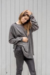 szary sweterek Kopenhaga Gray prawy bok zbliżenie