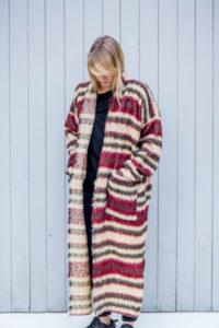 Płaszczyk w przepięknych odcieniach beżu, bordo i czerni. Doskonale sprawdzi się także w roli długiego swetra. Tkanina o oryginalnej fakturze z delikatnym włosem. Z przodu duże kieszenie, po bokach rozcięcia. Luźny styl oversize. Idealny na co dzień.