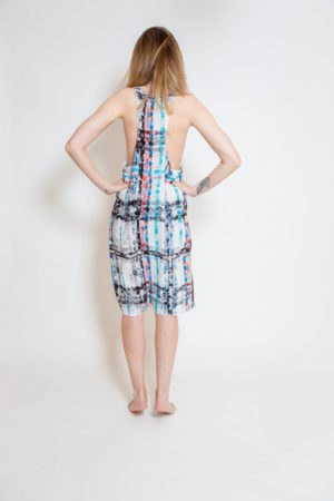 Sukienka bokserka uszyta z delikatnego jedwabiu - widok tył