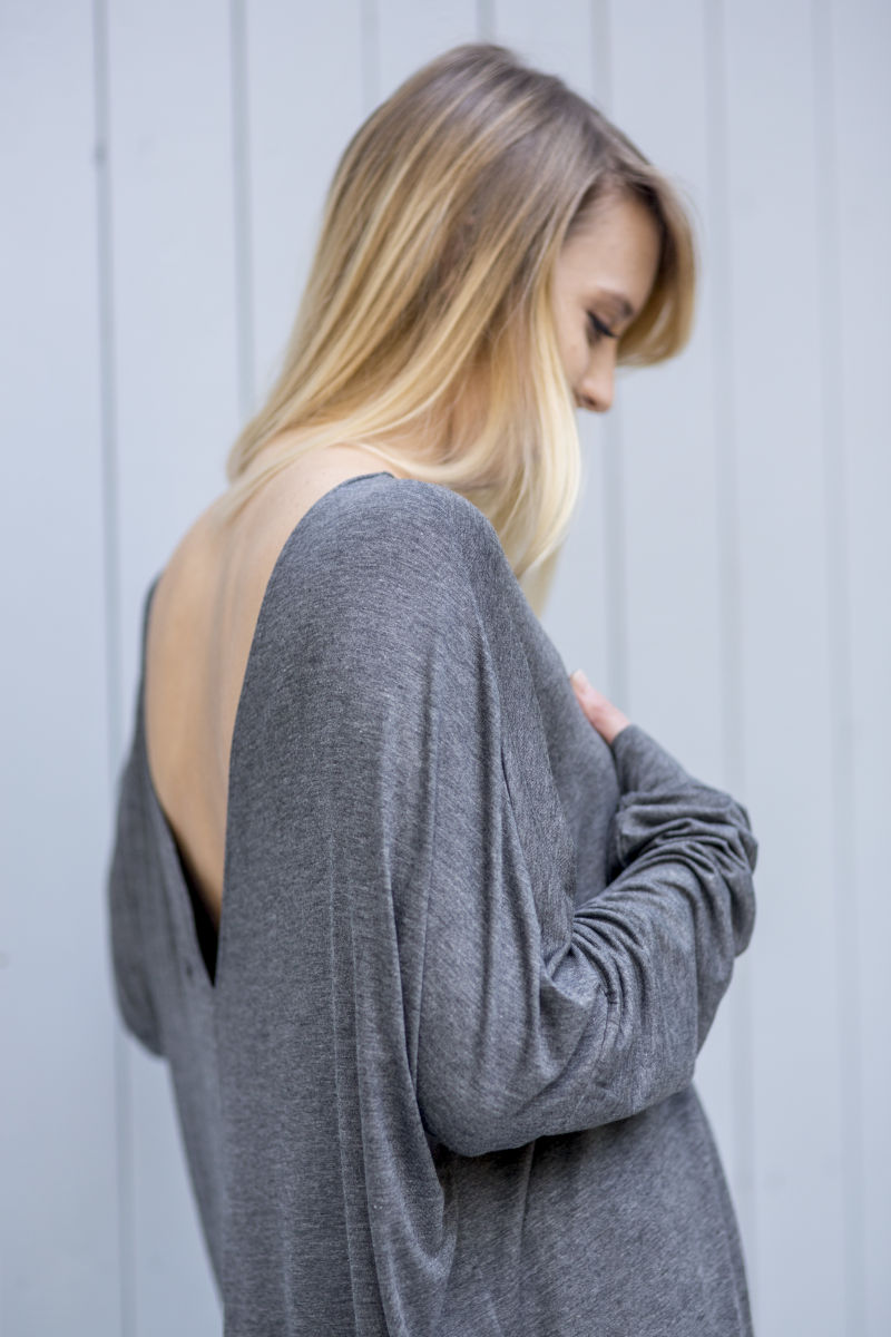 Sukienka z długim rękawem i dekoltem na plecach - widok bok
