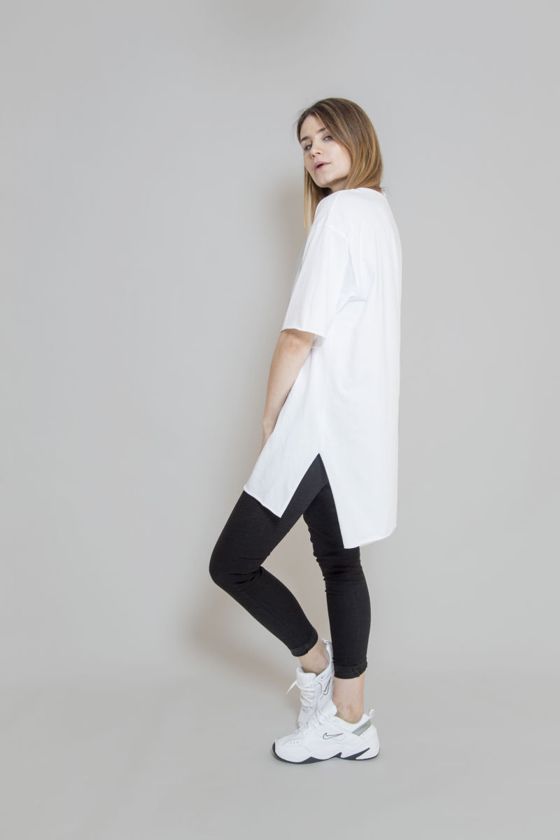 biały_t-shirt_z_dekoltem_w_serek_delCane_widok_bok