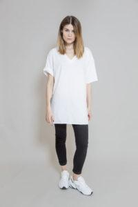 biały_t-shirt_z_dekoltem_w_serek_delCane_widok_przód