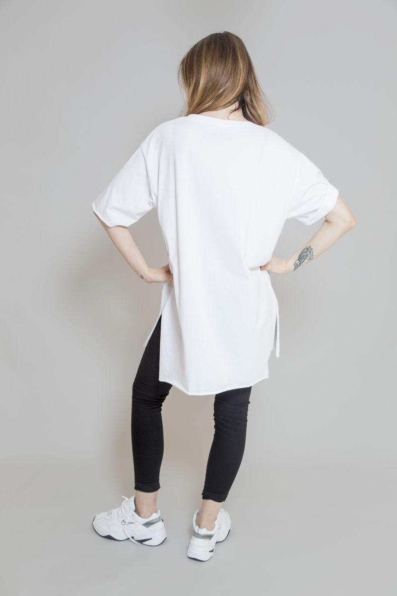 biały_t-shirt_z_dekoltem_w_serek_delCane_widok_tył