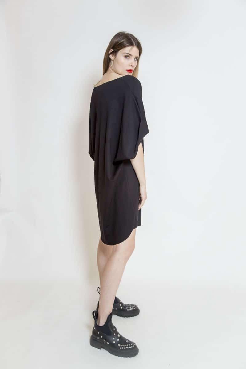czarna_sukienka_oversize_delCane_widok_bok