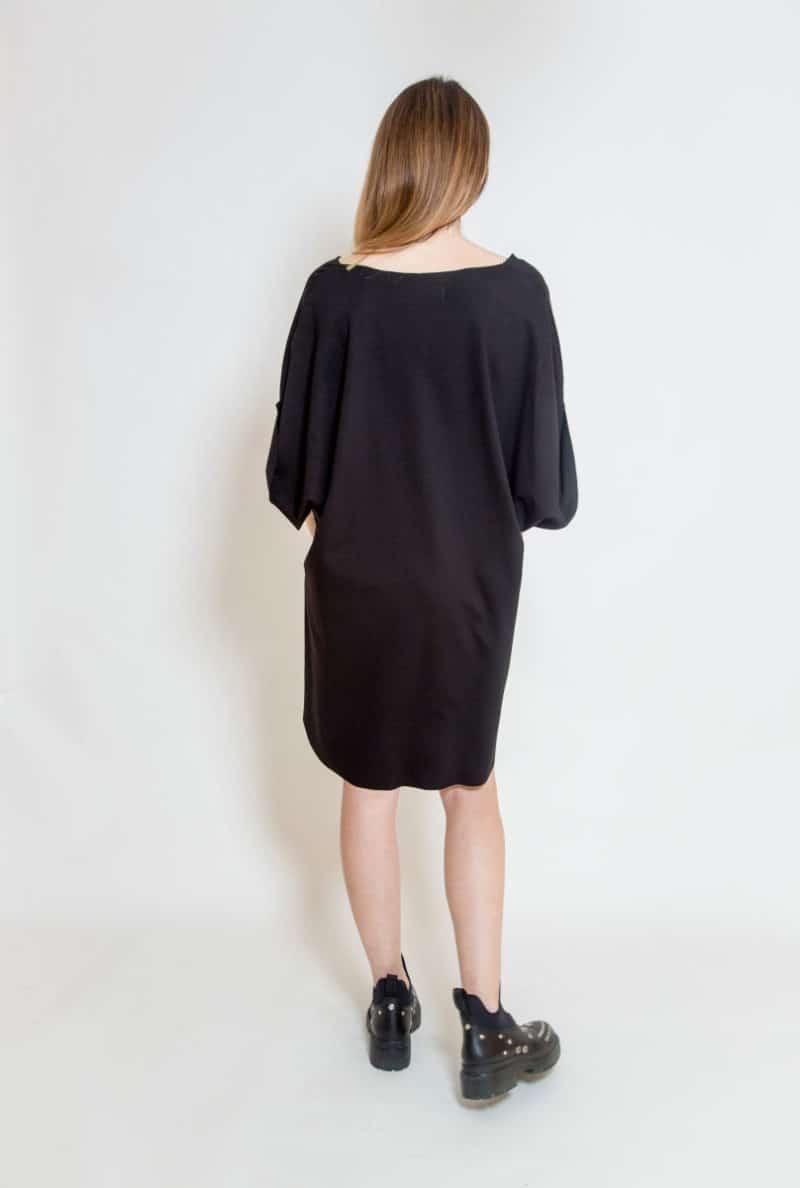 czarna_sukienka_oversize_delCane_widok_tył