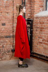 czwerwony-długi-sweter-delacne-amsterdam bok