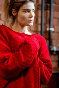 czwerwony-długi-sweter-delacne-amsterdam przod detal2