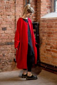 czwerwony-długi-sweter-delacne-amsterdam przod