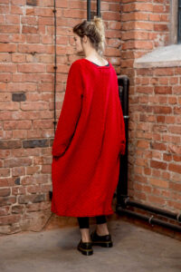 czwerwony-długi-sweter-delacne-amsterdam tyl