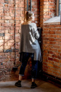 delcane-szary-sweterek-amsterdam-gray-ala-poncho-tyl_