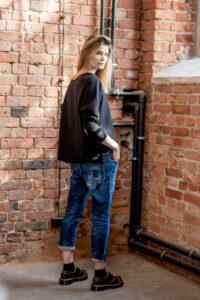 krótka-bluzka-amsterdam-black-prawy bok