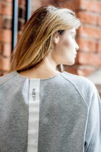 szara-bluza-delcane-amsterdam-gray-detal tasma
