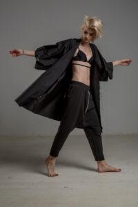 czarne spodnie z obnizonym krokiem delcane TOKYO black prawy bok 3m