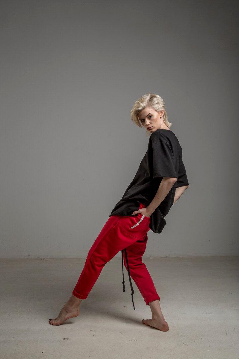 czerwone spodnie cotton delcane tokyo red bok lewy 1m