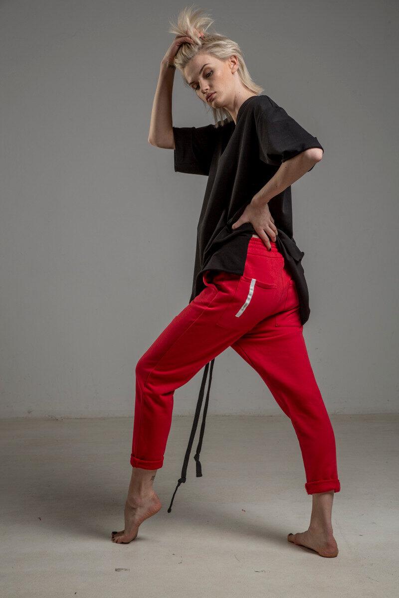 czerwone spodnie cotton delcane tokyo red bok lewy 2m