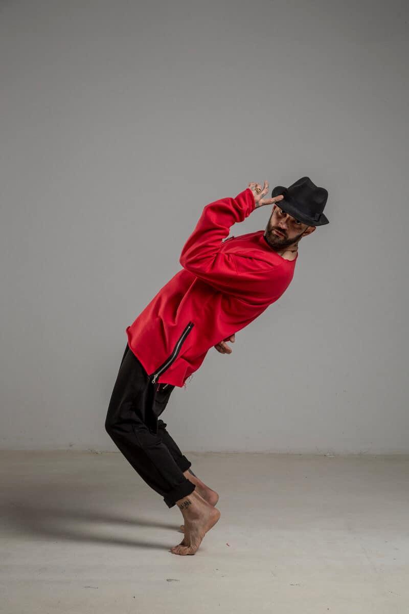 delCane-czerwona-bluza-bawelniana-przez-glowe-lewy-bok