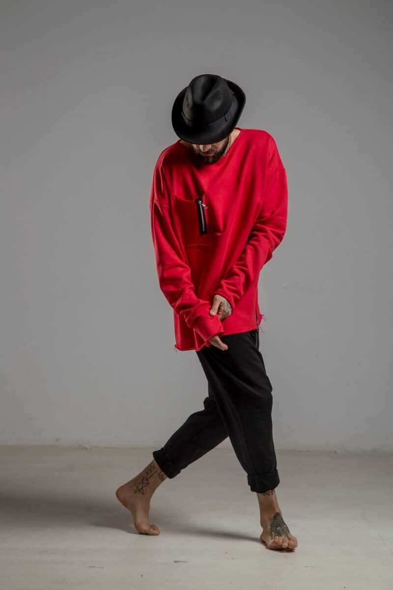 delCane-czerwona-bluza-bawelniana-przez-glowe-prawy-bok