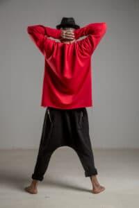 delCane-czerwona-bluza-bawelniana-przez-glowe-tyl