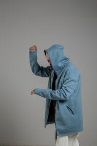 delcane niebieska bluza z kapturem TOKYO blue man bok lewy 1m