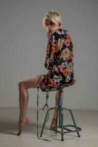 delcane sukienka z wiskozy kwiaty TOKYO bok 1m