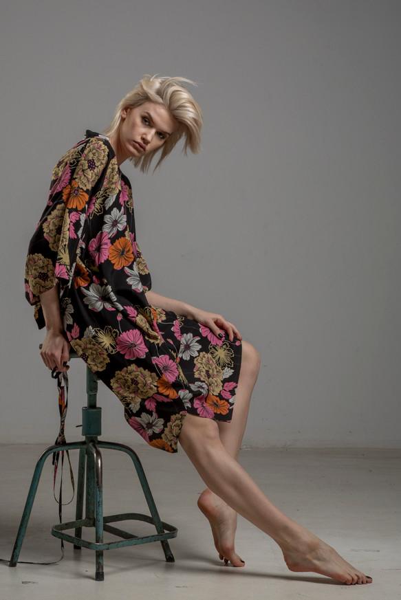 delcane sukienka z wiskozy kwiaty TOKYO bok 2m