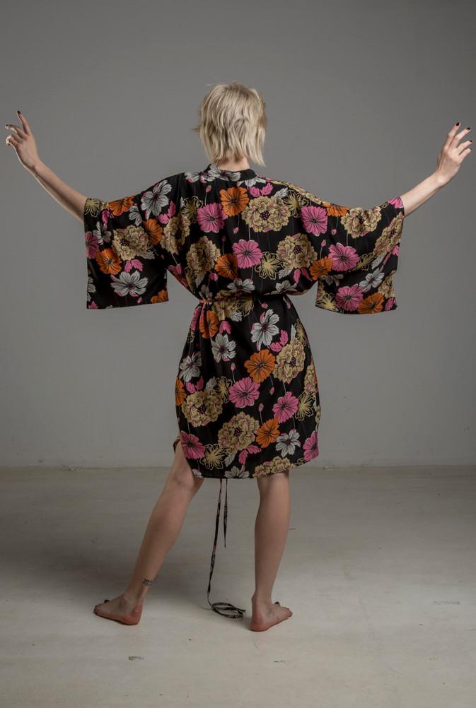 delcane sukienka z wiskozy kwiaty TOKYO tyl 1m